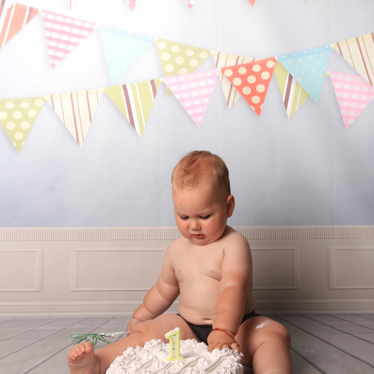 sedinta foto cu Bebe care mananca tort