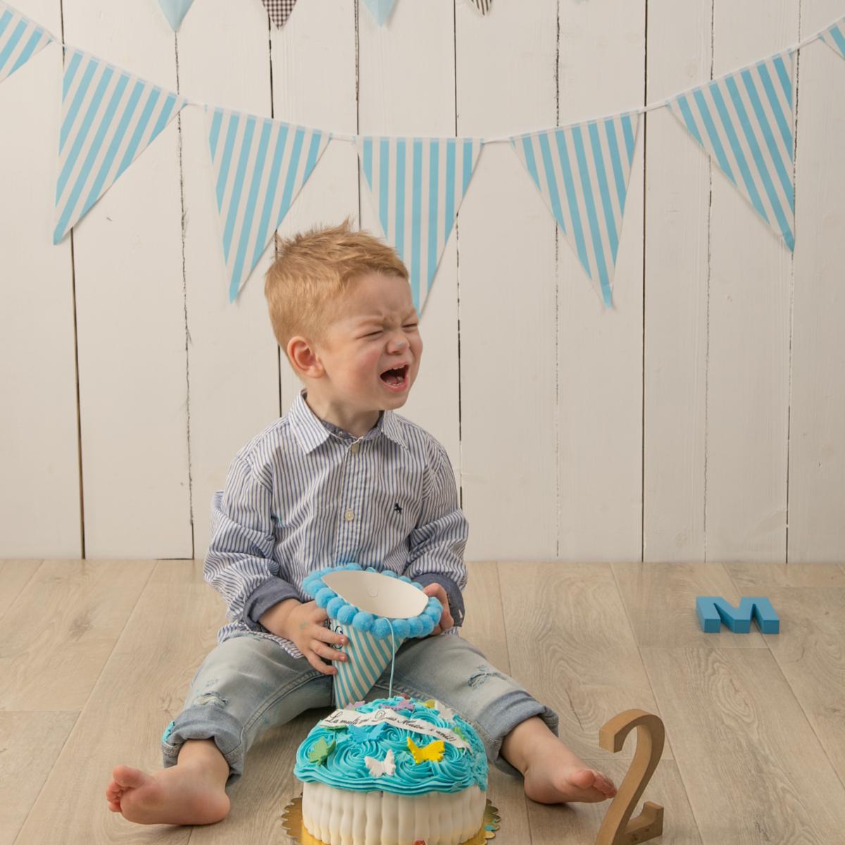 sedinta foto cu Bebe care plange langa tort